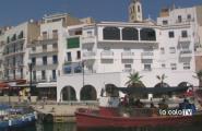 Una vila amb tot de colors mediterranis i mariners