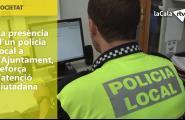 La presència d'un policia local a l'Ajuntament, reforça l'atenció ciutadana