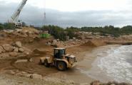 Recta final dels treballs per retirar els 1.000m3 de sauló abocats a les platges de Cala Vidre i Sant Jordi