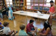 Contacontes en anglès i francès a la Biblioteca de la mà d'alumnes de l'Institut Candelera