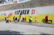 Repinten el mural de la façana marítima de cara al referèndum de l'1-O