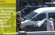 Petit incident en un vehicle sorprèn al conductor al c/ Jacint Verdaguer