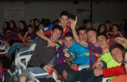 Més de 400 persones es reuneixen al pavelló poliesportiu \'Galetet\' per seguir la final de la copa del rei entre el FC Barcelona i el Reial Madrid