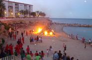 Foc i fanalets voladors per a la revetlla de Sant Joan