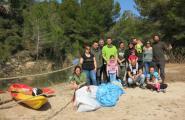 Un grup de voluntaris preparen la llacuna de l'Estany Tort per l'arribada del samaruc