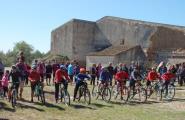 El fort vent de mestral no acovardeix els fixos de la Diada de la Bicicleta del Mas Platé
