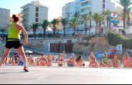 La platja de l'Alguer es converteix en un gimnàs tots els divendres amb el 'Zumba Beach'